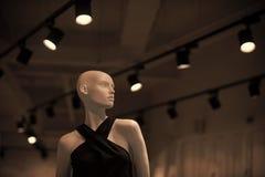 Mannequin w modnych ubraniach na popielatym tle z eleganckimi świecznikami Zakupy i butika pojęcie shinny zdjęcia stock