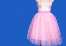 Mannequin w różowej princess spódnicie na błękitnym tle obraz stock