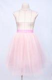 Mannequin w różowej princess spódnicie na białym tle zdjęcie royalty free