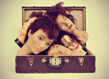 Mannequinköpfe in einem alten Koffer Lizenzfreies Stockfoto