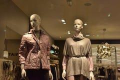 Mannequins chez l'habillement du ` s des femmes Image stock