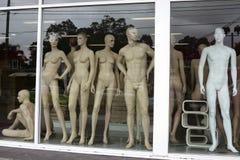 Mannequins dans l'hublot de boutique Images libres de droits