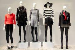 Mannequins dans un magasin d'habillement Images stock