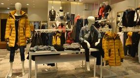 Mannequins de mode d'hiver d'automne dans la boutique de vêtements de mode Photographie stock libre de droits