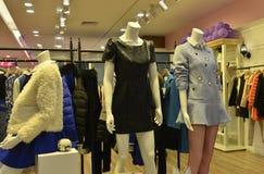 Mannequins de mode d'hiver d'automne dans la boutique de vêtements de mode Images libres de droits