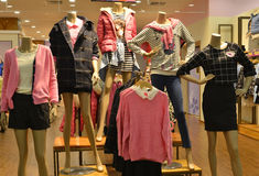 Mannequins de mode d'hiver d'automne dans le mail de vêtements de mode Images stock