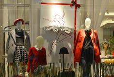 mannequins de mode d'hiver dans la fenêtre de boutique de mode Photo libre de droits