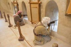 Mannequins der arabischen Krieger, die Fort unter Verwendung der Gewehre schützen Stockbilder