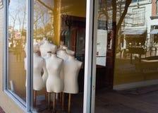 Mannequins in der leeren Speicherfront Lizenzfreie Stockfotos