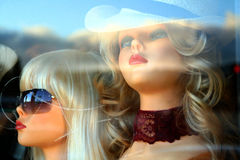 Mannequins di stanza frontale di negozio Immagine Stock