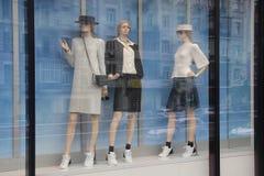 Mannequins du ` s de femmes dans la fenêtre Photo stock