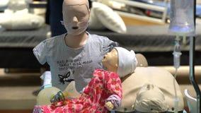 Mannequins für Fähigkeiten der ersten Hilfe Ausstellung der medizinischer Ausrüstung und des Services Doktors im Jahre 2017 stock video footage