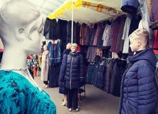 Mannequins femelles sur le marché d'habillement Photo libre de droits