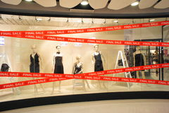 Mannequins finaux de Windows de boutiques de vente Images stock