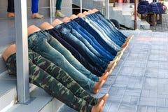 Mannequins in Form von den Beinen, gekleidet in den Jeans liegen, ausgebreitet an der Treppe in der Linie lizenzfreies stockbild