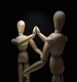 Mannequins-hi5-close-focusBlur-overshoulder di legno 01 Fotografia Stock Libera da Diritti