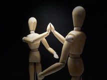 Mannequins-hi5-focusBlur di legno Immagini Stock