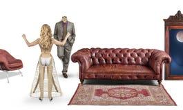 Mannequins masculins et femelles dans une chambre avec un sofa et un miroir Photo libre de droits