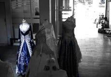 Mannequins mit blauen Kleidern in den traditionellen Märkten Stockfoto
