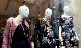 Mannequins montrant des vêtements à une fenêtre de magasin photos libres de droits
