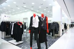 Mannequins na loja da roupa fotografia de stock royalty free