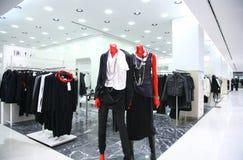 Mannequins nel negozio dei vestiti fotografia stock libera da diritti