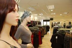 Mannequins nell'interiore del negozio immagini stock