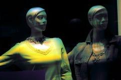 Mannequins no indicador da loja Imagem de Stock