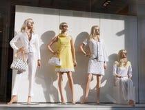 mannequins robić zakupy okno Zdjęcia Stock
