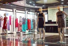 Mannequins se tenant dans l'affichage de fenêtre de magasin Images stock