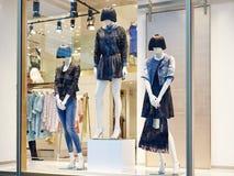 Mannequins se tenant dans l'affichage de fenêtre de magasin Photographie stock libre de droits