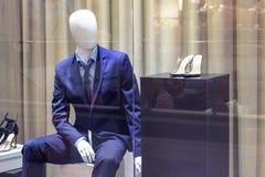 Mannequins sur les vêtements élégants de style de mode de fenêtre de magasin photos stock