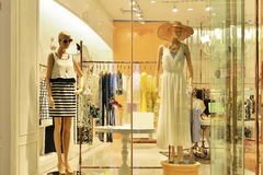 Mannequins in women's dress shop window Royalty Free Stock Photos