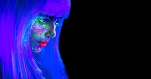 Mannequinvrouw in neonlicht Mooi modelmeisje met kleurrijke heldere fluorescente die make-up op zwarte wordt geïsoleerd ultraviol royalty-vrije stock afbeeldingen