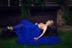 Mannequinvrouw sexy stellen, dragend lange avondjurk stock afbeeldingen