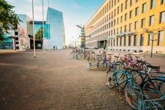 Mannerheiminaukio街道看法在赫尔辛基,芬兰 停放的双 免版税库存照片
