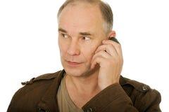 Mannes, der durch Telefon spricht Lizenzfreie Stockfotos
