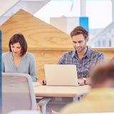 Mannes- und der Studentinnenbeschäftigtes stark zusammen studieren Stockfotos