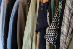 Mannes- und Frauenkleiderhängen Stockbild