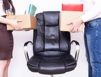 Mannes- und MädchenBüroangestellte stehen mit ihrem persönlichen Eigentum für das gleiche Arbeitsplatzkonzept des Wettbewerbs und stockbild