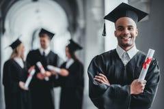 Mannesabsolvent in der Universität stockfotos