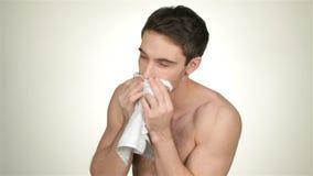 Mannetje afgeveegd het scheren schuim met een handdoek stock videobeelden