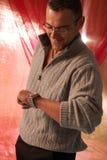 Mannetje dat met glazen horloge bekijkt Stock Foto