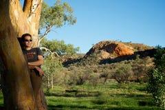 Mannetje dat op Zonsondergang Aussie let stock foto's