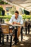 Mannetje die aan mobiele telefoon werken Stock Afbeeldingen