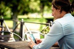 Mannetje die aan mobiele telefoon werken Royalty-vrije Stock Afbeelding
