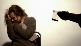 Mannetje die cocaïne gewijde vrouw, drugterugtrekking, psychologische afhankelijkheid aanbieden royalty-vrije stock foto