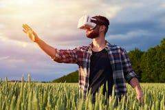 Mannetje die in 3D glazen veronderstellen Stock Foto's