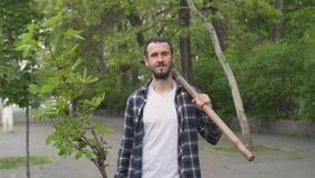 Mannetje die een boom planten stock video