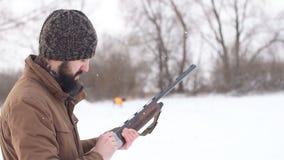 Mannetje die een geweer voor het schieten voorbereiden hulpmiddel om te jagen stock videobeelden